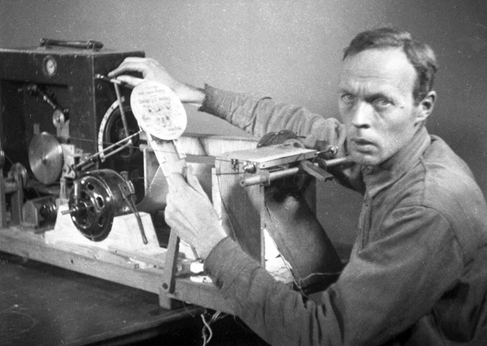 Evgeny Sholpo working with the first version of the Variophone, 1932.